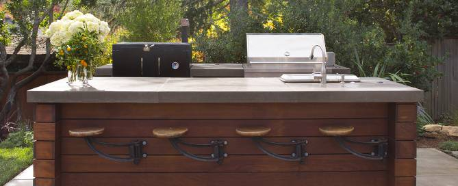 Outdoor kitchen and bar in ipe wood with vintage folding bar stools